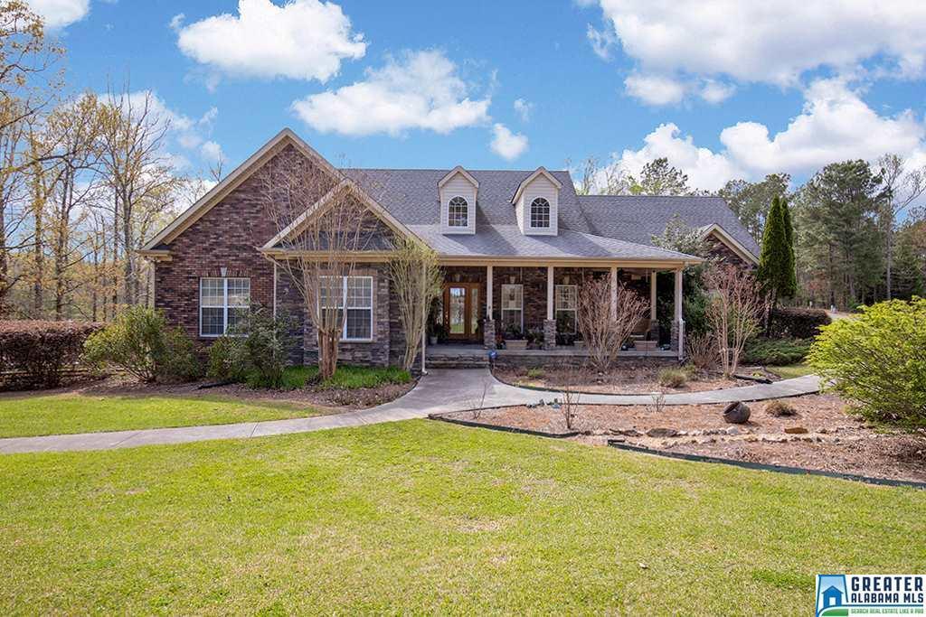Photo of home for sale at 204 Saddle Lake Dr, Alabaster AL