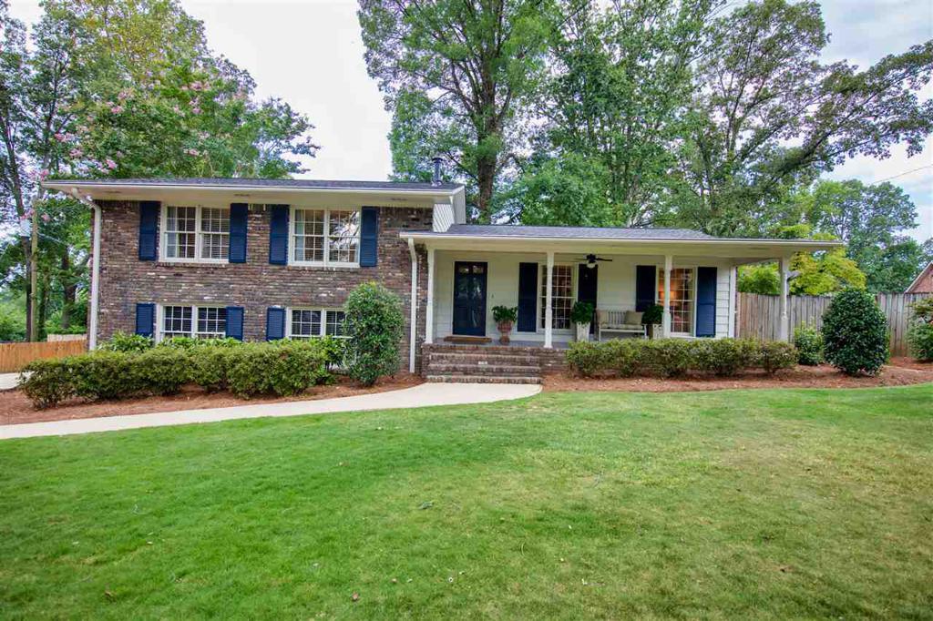 Photo of home for sale at 900 Granbury Rd, Vestavia Hills AL
