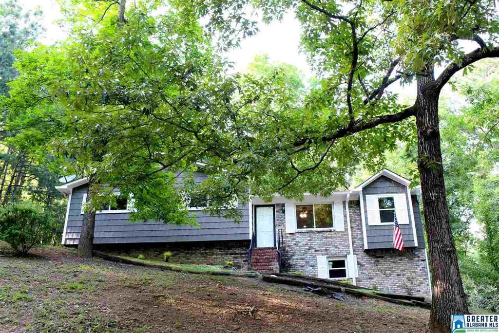 Photo of home for sale at 6 Dogwood Cir, Pelham AL