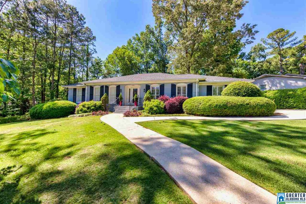 Photo of home for sale at 2100 Vestridge Dr, Vestavia Hills AL