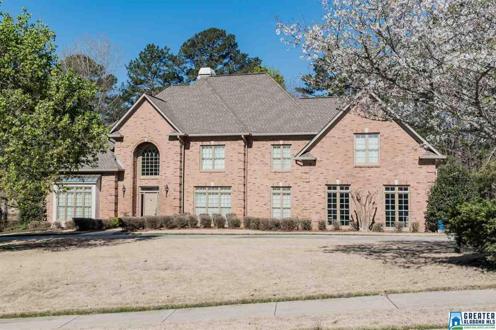 Photo of home for sale at 4861 Southlake Pkwy, Hoover AL