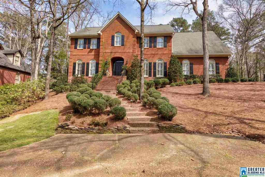 Photo of home for sale at 2005 Lakemoor Dr, Hoover AL