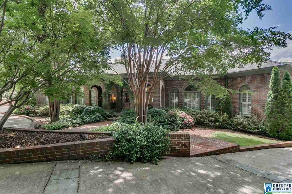 Photo of home for sale at 211 Smyer Terr, Vestavia Hills AL