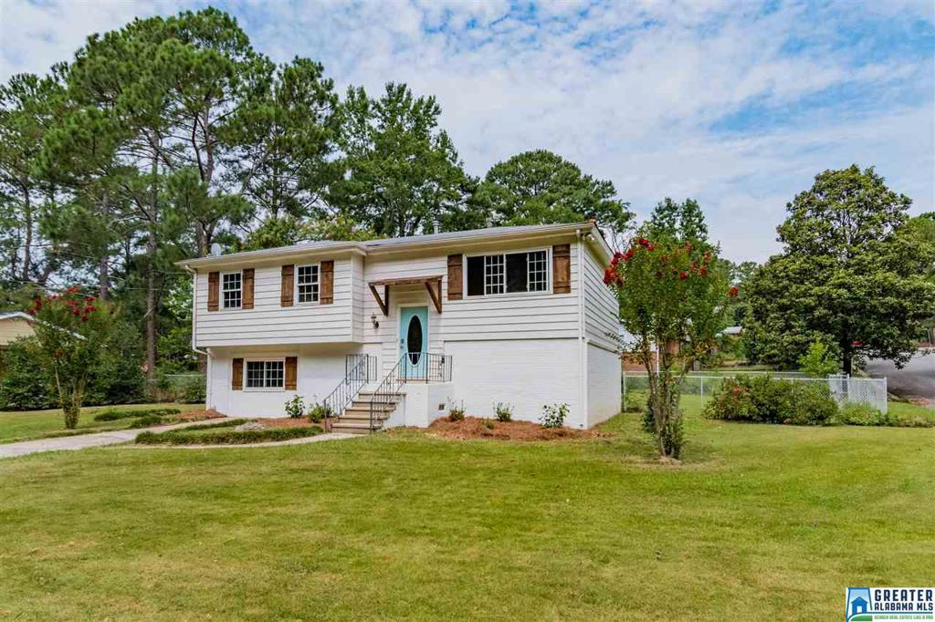 Photo of home for sale at 5104 Northumberland Rd, Irondale AL