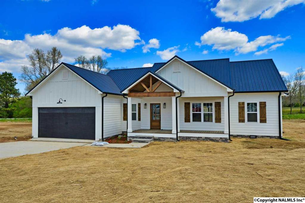 Photo of home for sale at 110 County Road 1584, Vinemont AL