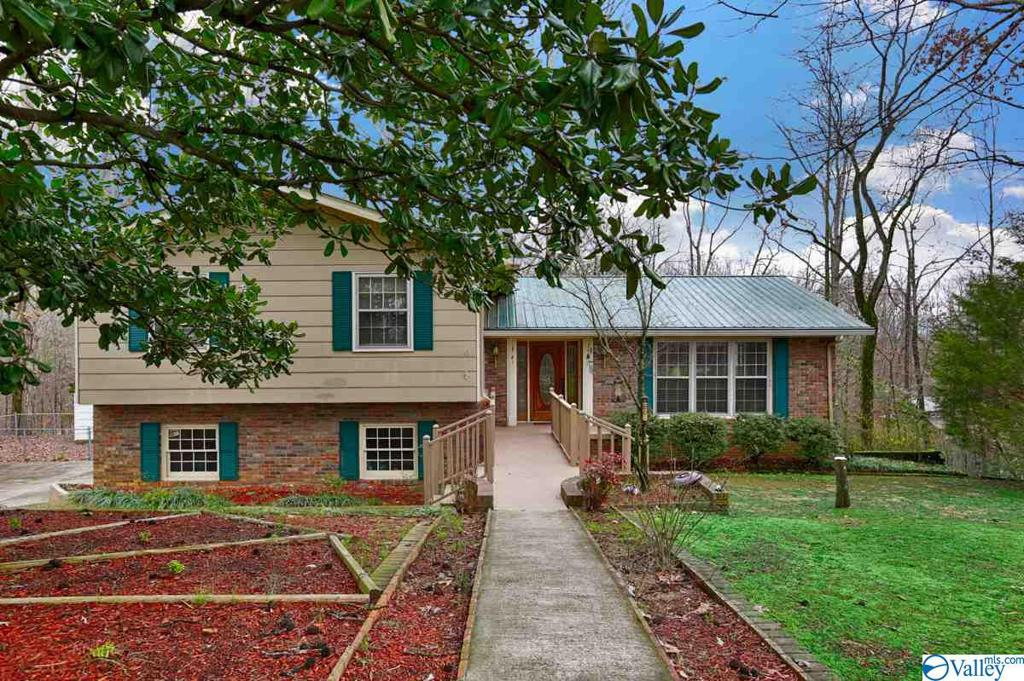 Photo of home for sale at 116 Colonial Drive, Scottsboro AL