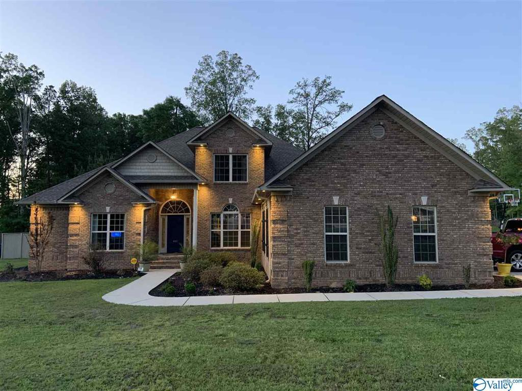 Photo of home for sale at 401 Mimosa Lane SW, Hartselle AL