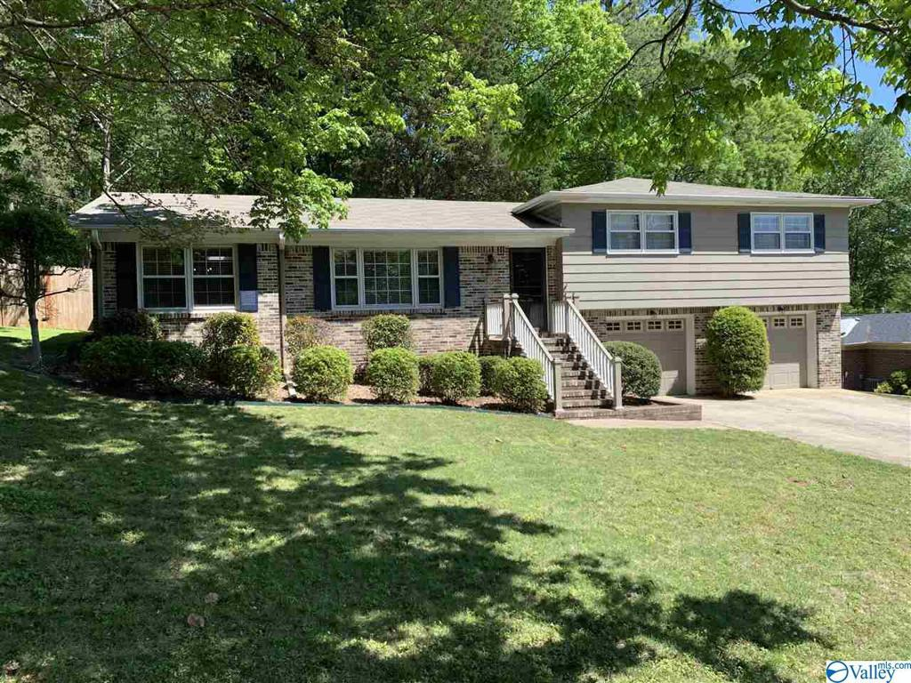 Photo of home for sale at 805 Forrest Heights Drive, Huntsville AL