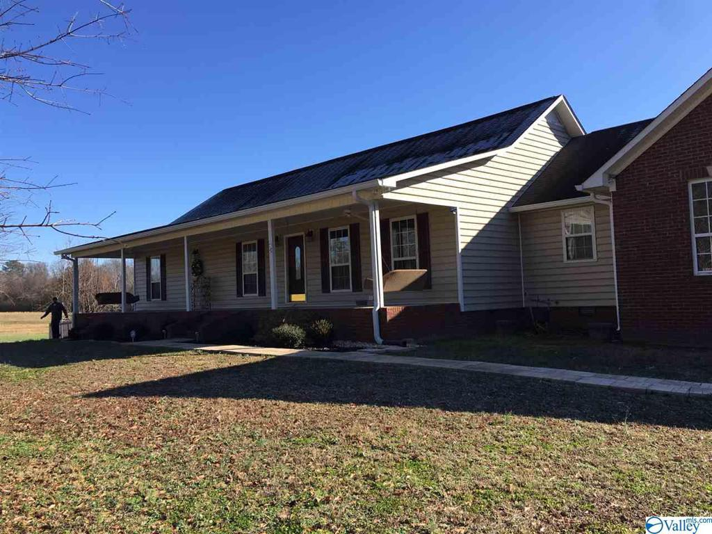 Photo of home for sale at 997 Fairview Drive, Guntersville AL