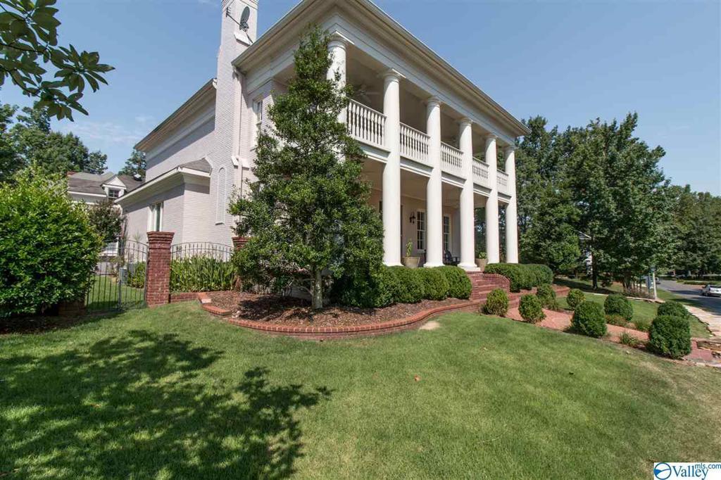 Photo of home for sale at 44 Ledge View Drive, Huntsville AL