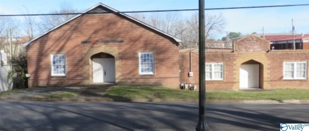 Photo of home for sale at 212 Peachtree Street W, Scottsboro AL
