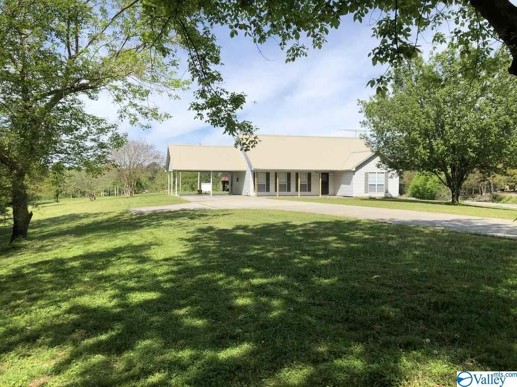 Photo of home for sale at 1018 Mardis Point Road, Baileyton AL