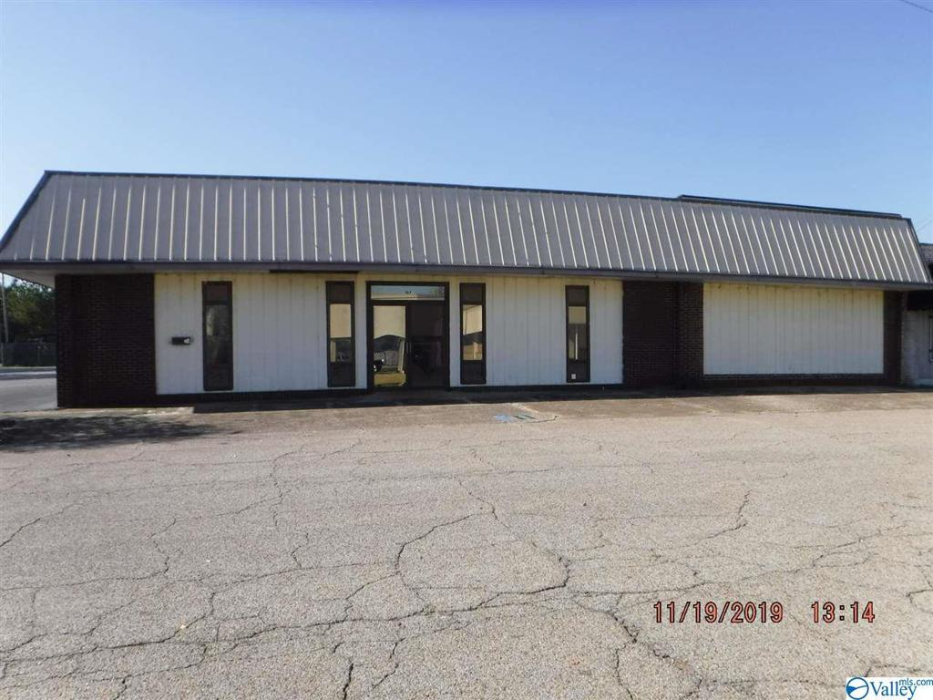 Photo of home for sale at 107 26th Street S, Gadsden AL