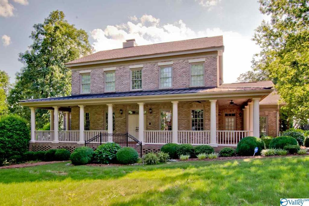 Photo of home for sale at 5 Muirfield Lane, Huntsville AL