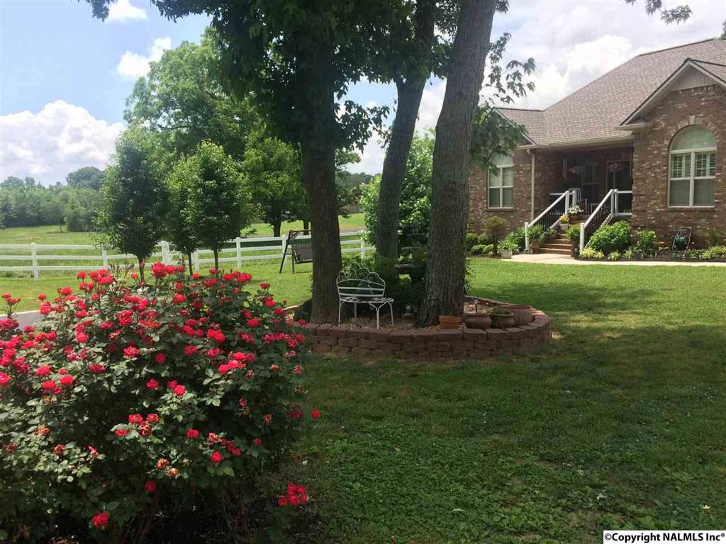 Photo of home for sale at 418 6th Street SW, Arab AL