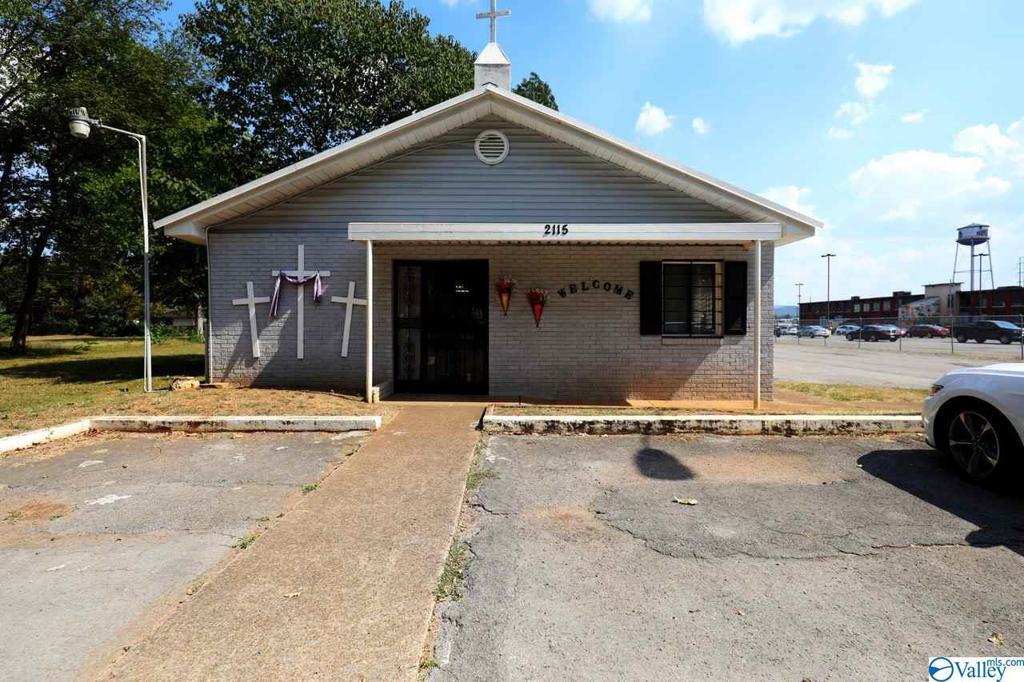 Photo of home for sale at 2115 Seminole Drive, Huntsville AL