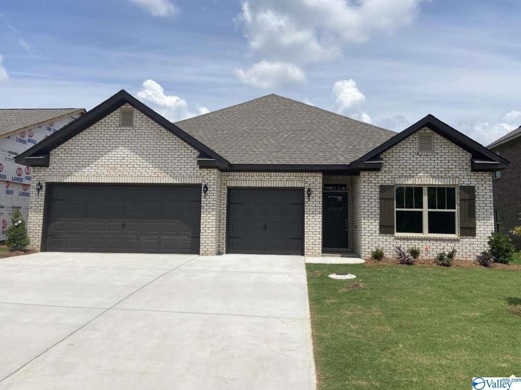 Photo of home for sale at 159 Kingswood Drive, Huntsville AL