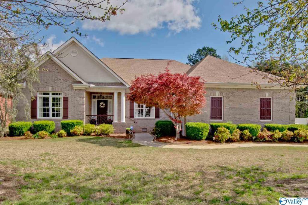 Photo of home for sale at 105 Woods End Road, Huntsville AL