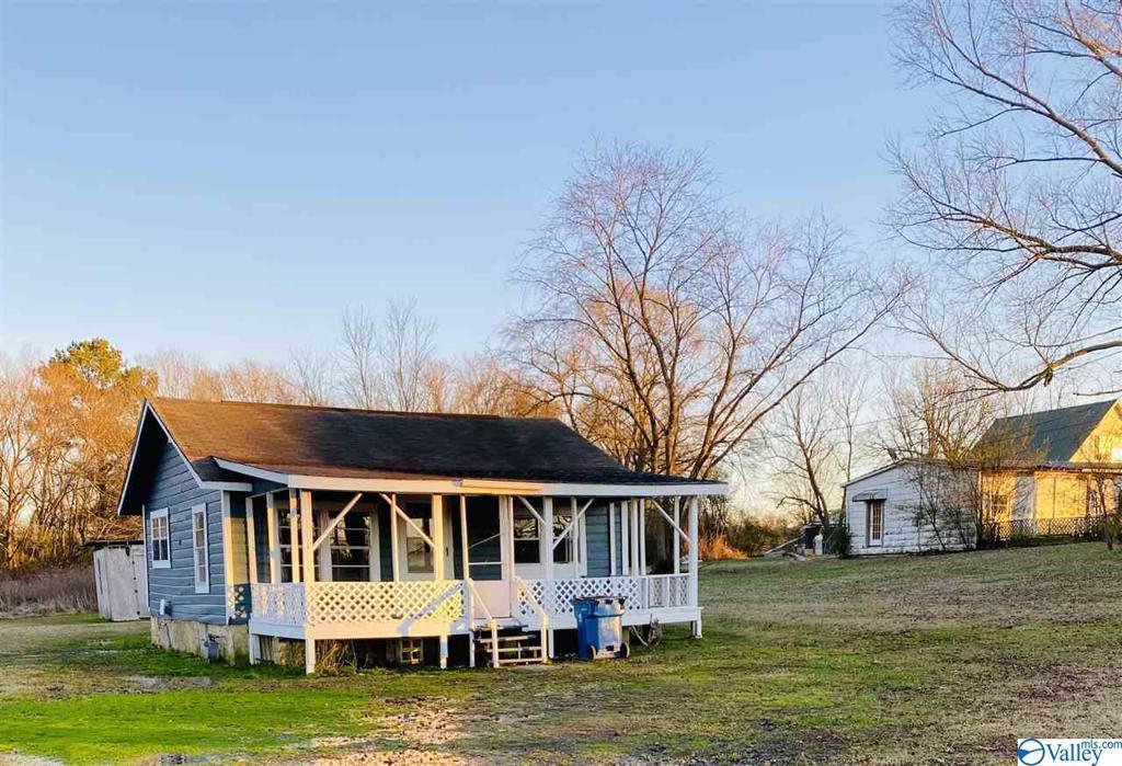 Photo of home for sale at 2039 Friendship Road, Boaz AL