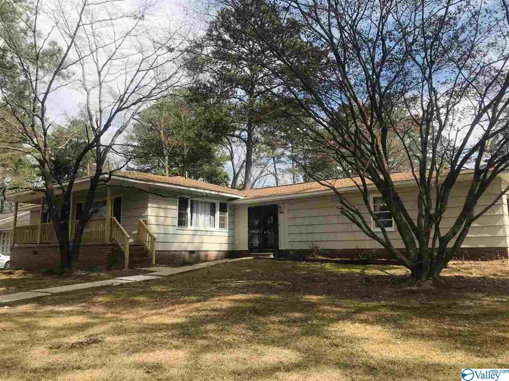 Photo of home for sale at 1913 Lookout Circle, Gadsden AL