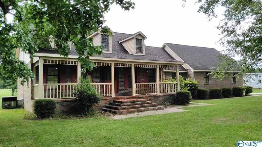 Photo of home for sale at 31 Meadow Lane, Decatur AL