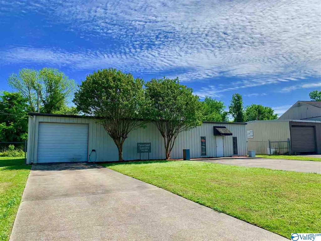 Photo of home for sale at 132 Jester Parkway, Rainbow City AL