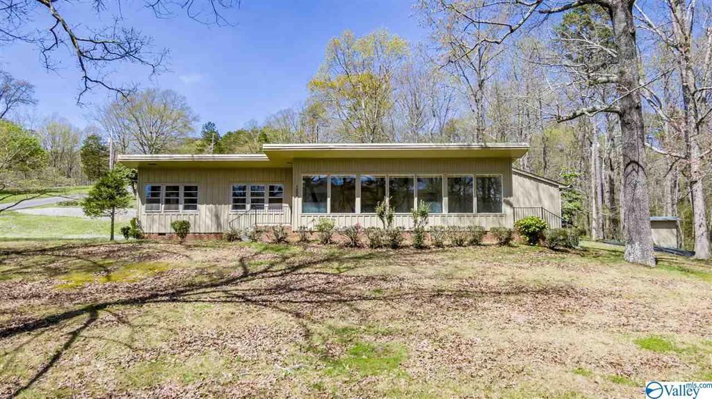Photo of home for sale at 1600 Hillcrest Drive, Fort Payne AL