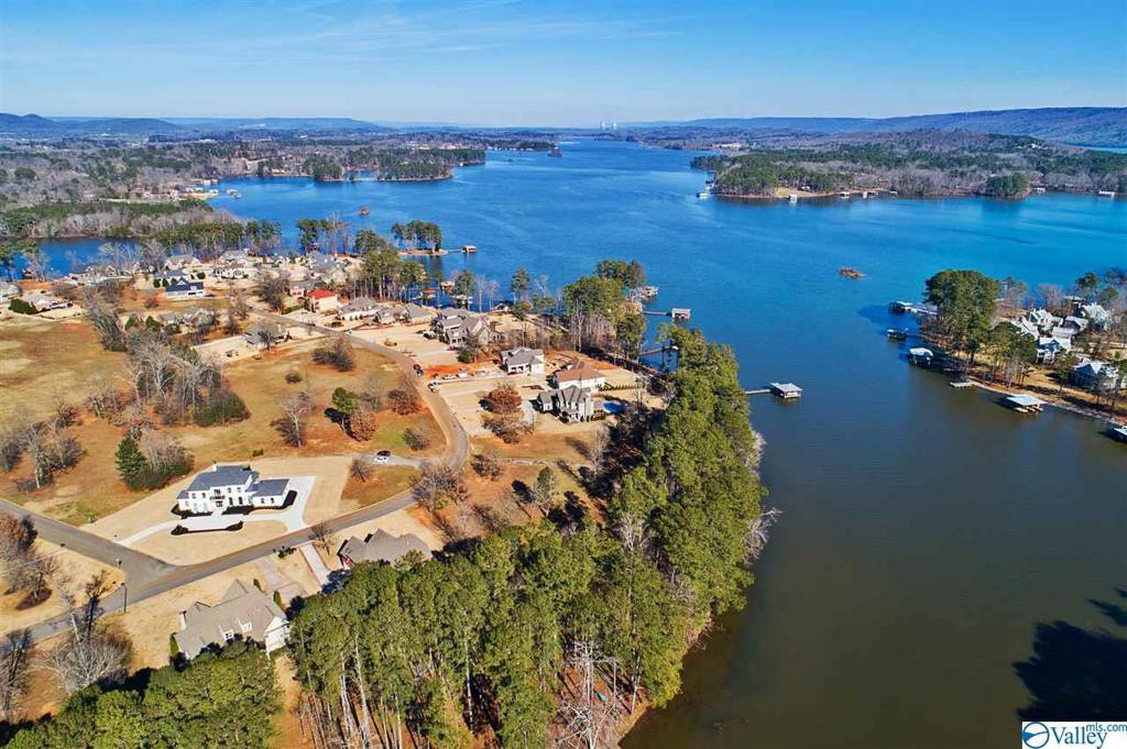 Photo of home for sale at 1056 Peninsula Drive, Scottsboro AL