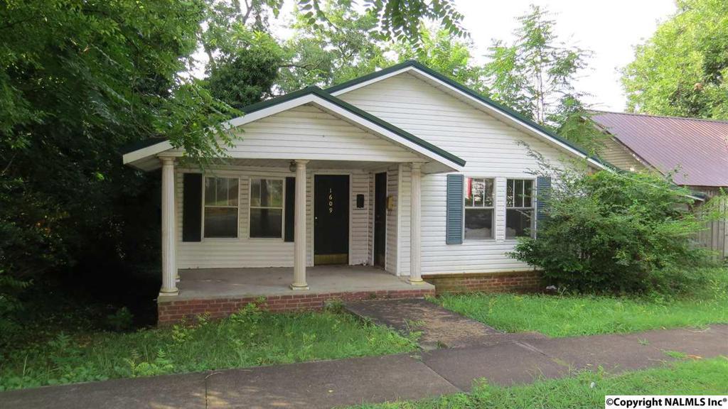 Photo of home for sale at 1609 Gunter Avenue, Guntersville AL