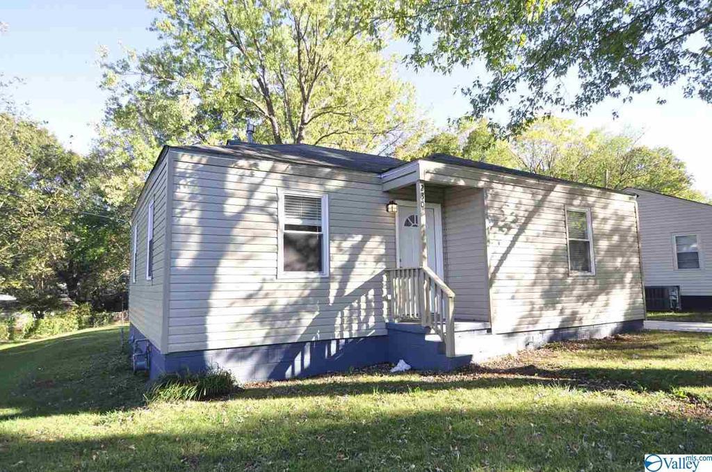 Photo of home for sale at 230 Richmond Drive, Huntsville AL