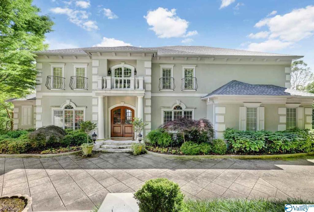 Photo of home for sale at 3000 Cliffs Edge Circle, Huntsville AL