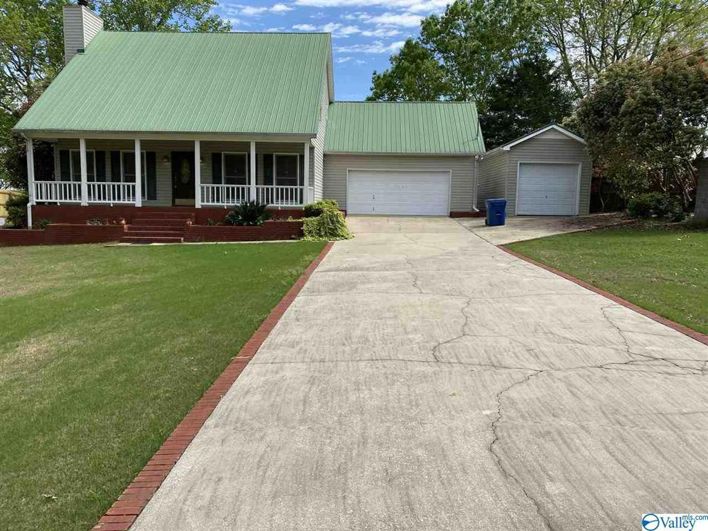 Photo of home for sale at 1524 Briarcliff Road, Rainbow City AL