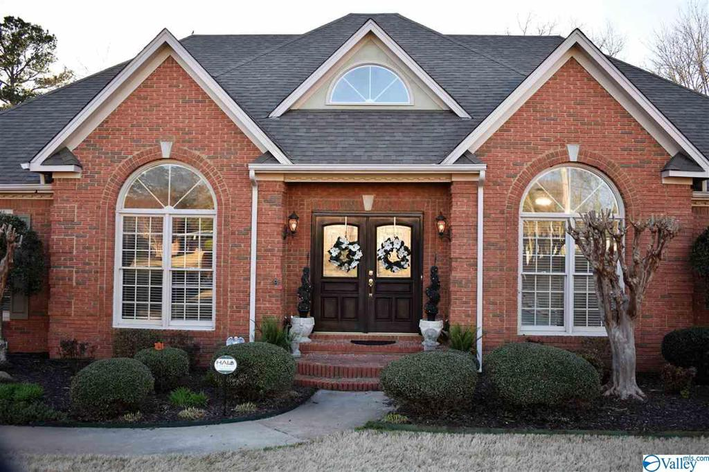 Photo of home for sale at 3303 Forest Glen Drive, Decatur AL