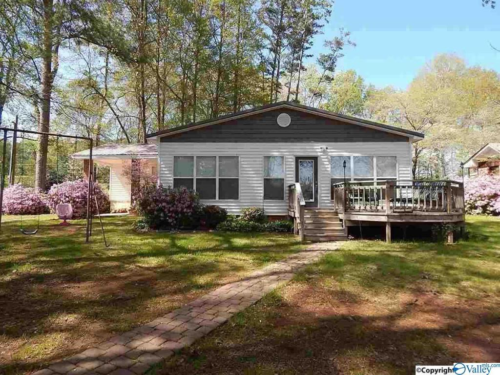 Photo of home for sale at 1561 Point Of Pines, Guntersville AL