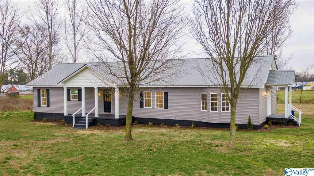 Photo of home for sale at 439 County Road 400, Fyffe AL