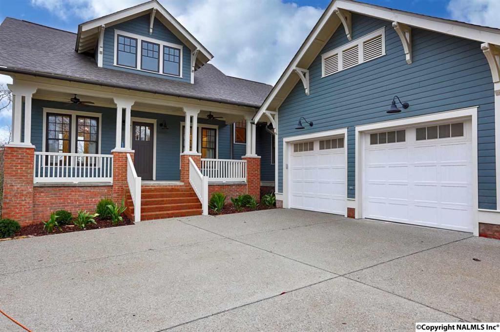 Photo of home for sale at Hillcrest Avenue, Huntsville AL