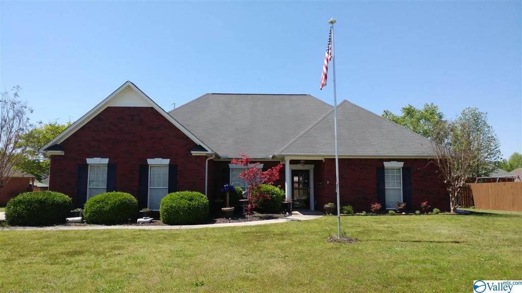 Photo of home for sale at 1107 Highland Court, Hartselle AL