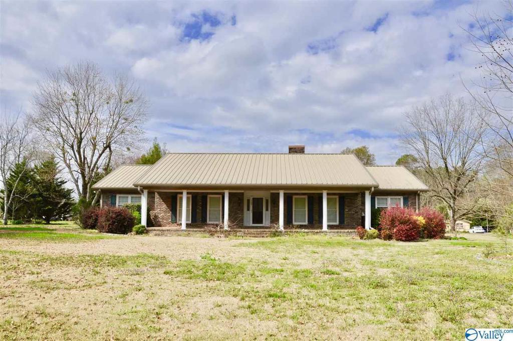 Photo of home for sale at 1141 Guntersville Road, Arab AL
