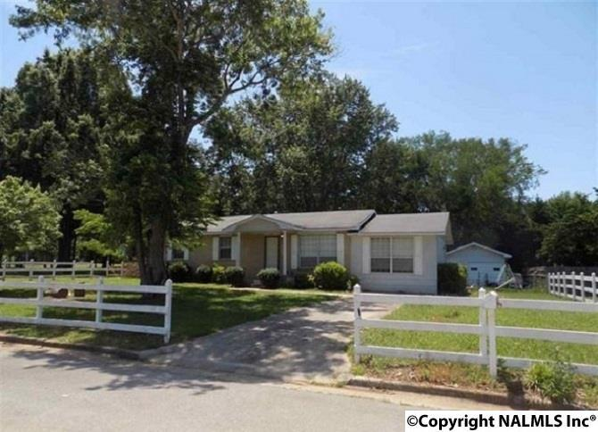 Photo of home for sale at 3105 Pineview Drive, Decatur AL