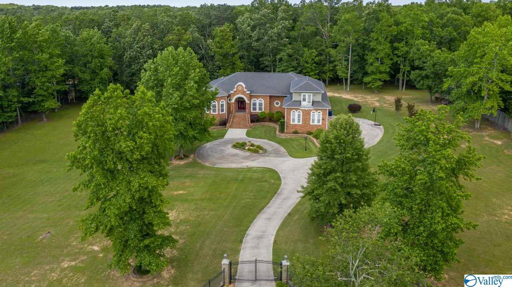 Photo of home for sale at 13240 South Shawdee Road S, Huntsville AL