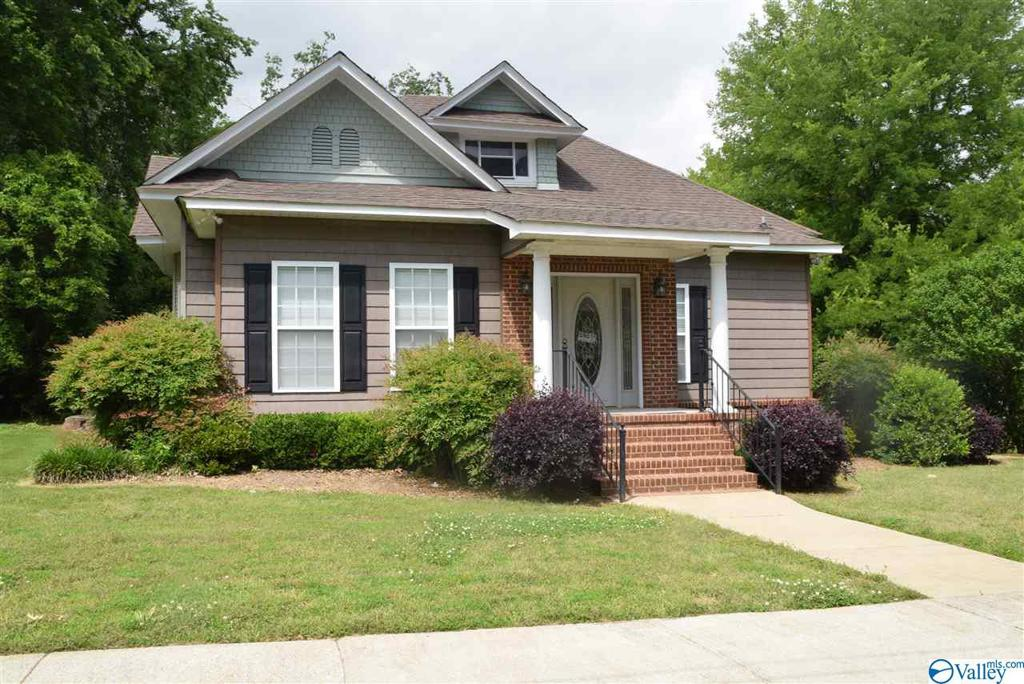 Photo of home for sale at 601 5th Street S, Gadsden AL