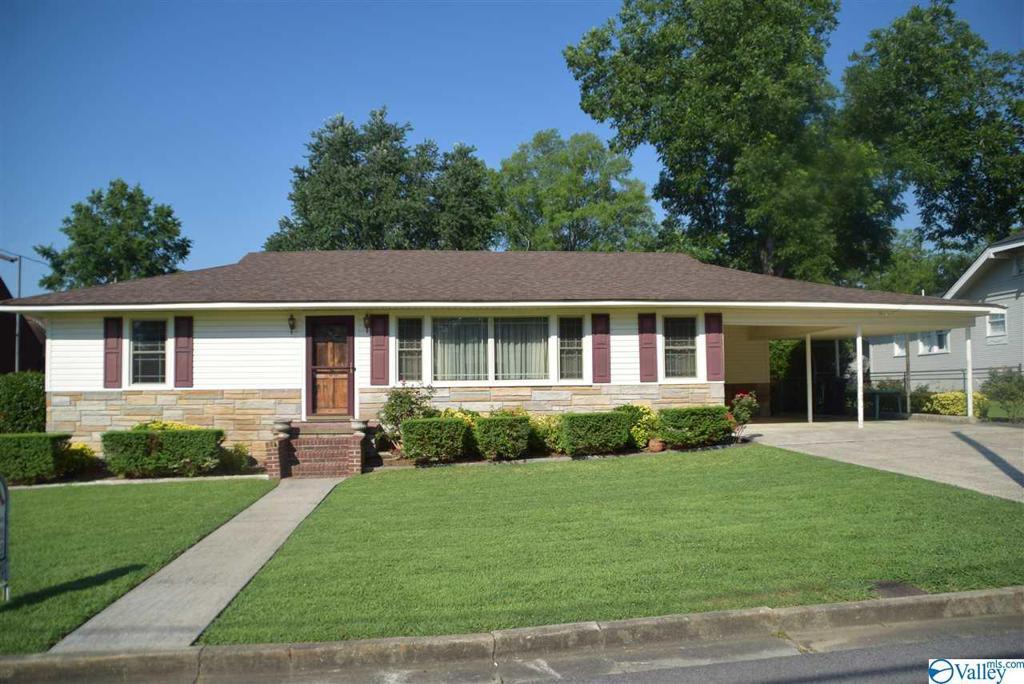 Photo of home for sale at 108 Ridgeway Avenue, Gadsden AL