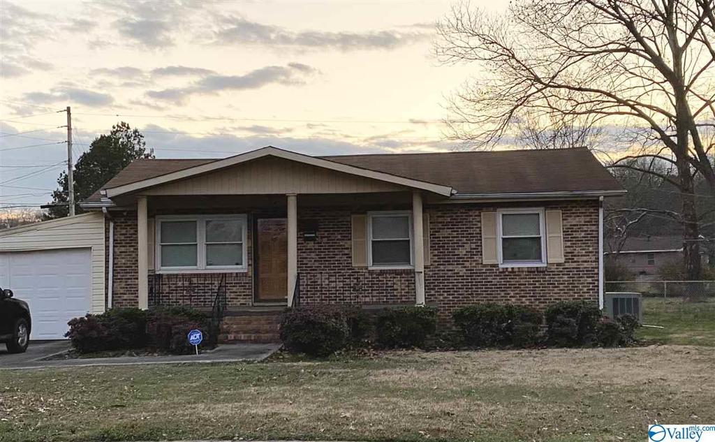 Photo of home for sale at 407 Monroe Drive, Decatur AL