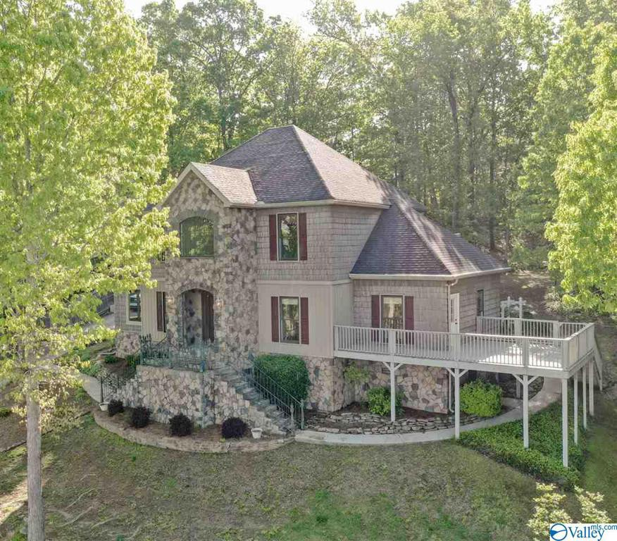 Photo of home for sale at 2032 Hualapai Lane, Guntersville AL