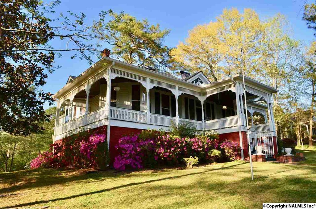 Photo of home for sale at Hillcrest Street, Gadsden AL
