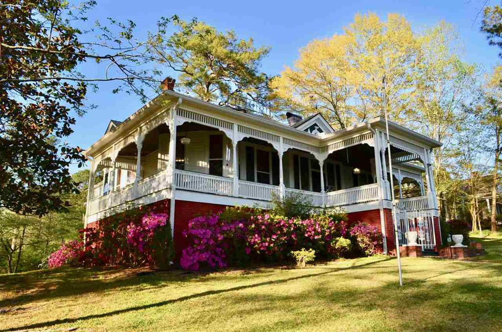 Photo of home for sale at Hillcrest Street, Gadsden AL