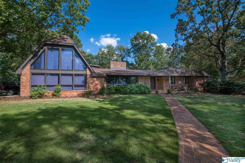 Photo of home for sale at 6 Old Chimney Road, Huntsville AL