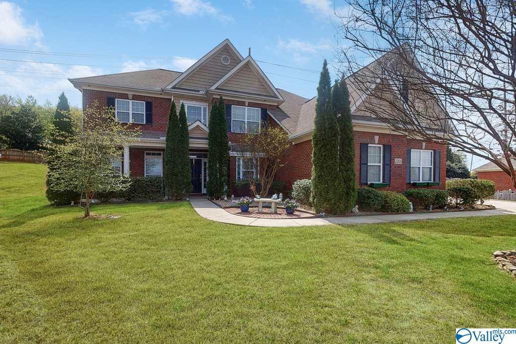 Photo of home for sale at 2201 Towne Park Drive, Huntsville AL