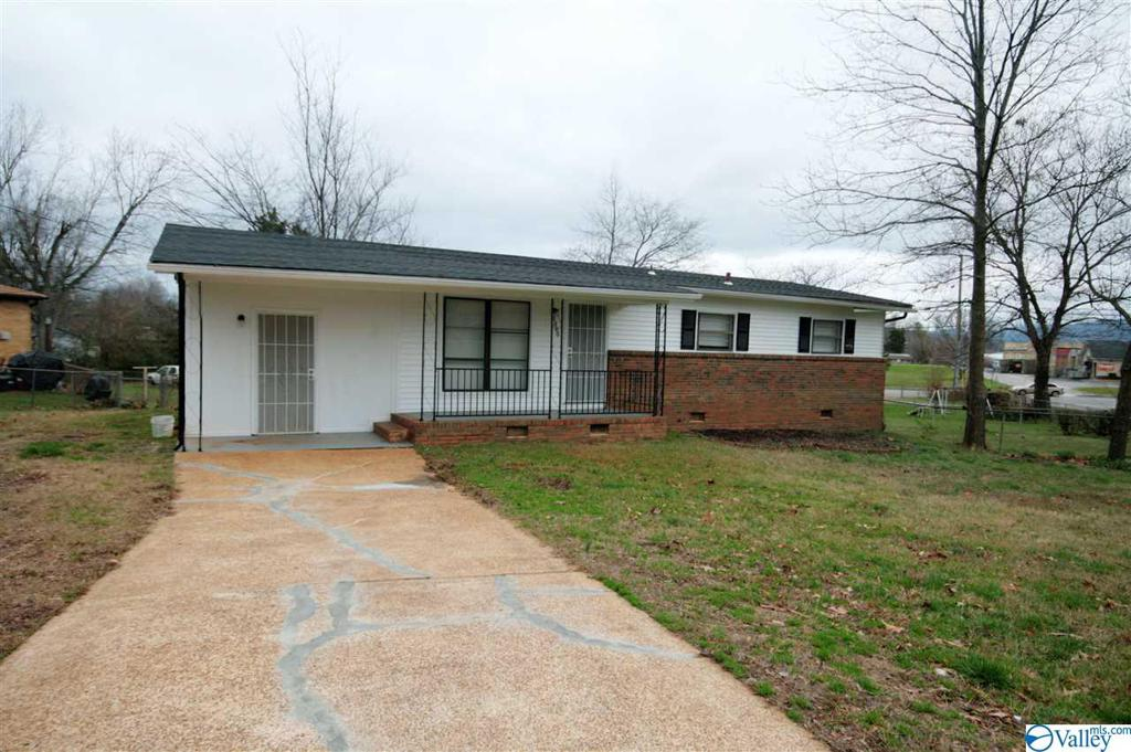 Photo of home for sale at 3000 Shadow Lawn Drive, Huntsville AL