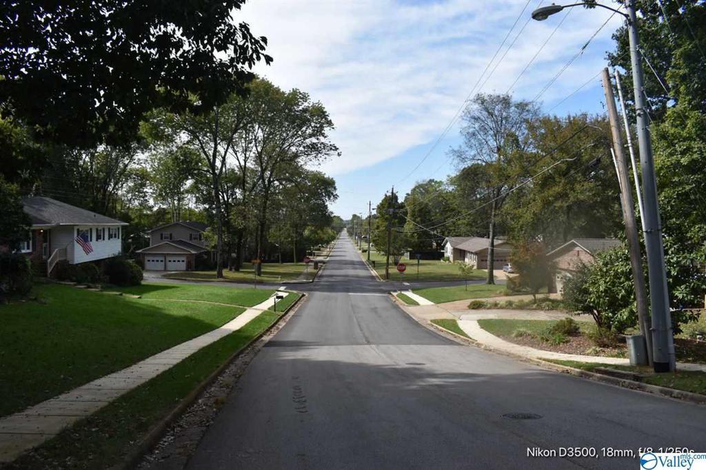 Photo of home for sale at 2402 Oakwood Av Poplar Point NE, Huntsville AL